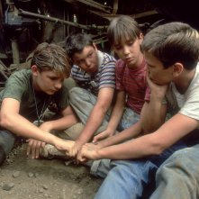 Corey Feldman, Jerry O'Connell, Wil Wheaton e River Phoenix nel film Stand by me - Ricordo di un'estate