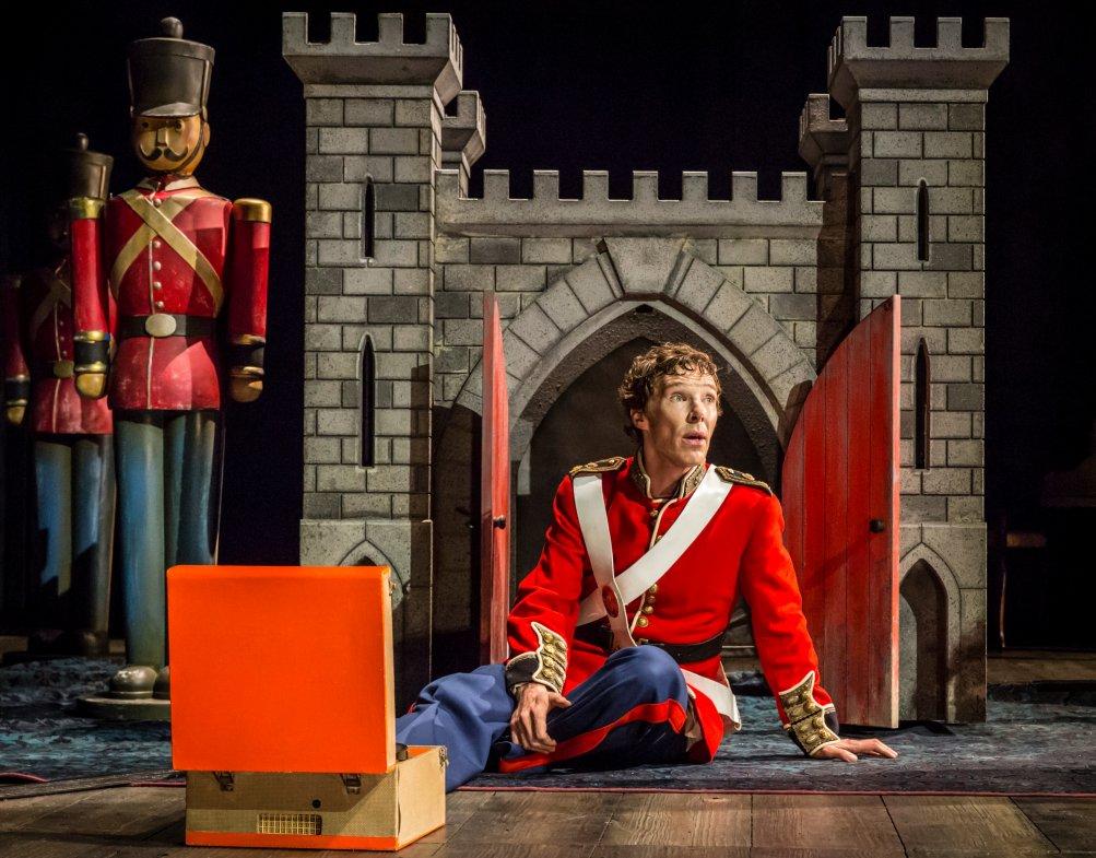 National Theatre Live: Hamlet - Benedict Cumberbatch vestito da soldato