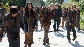 The Walking Dead: i walkers invadono le strade di Alexandria in L'inizio e la fine