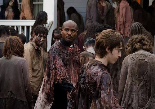 The Walking Dead: Seth Gilliam e Austin Abrams nell'episodio L'inizio e la fine