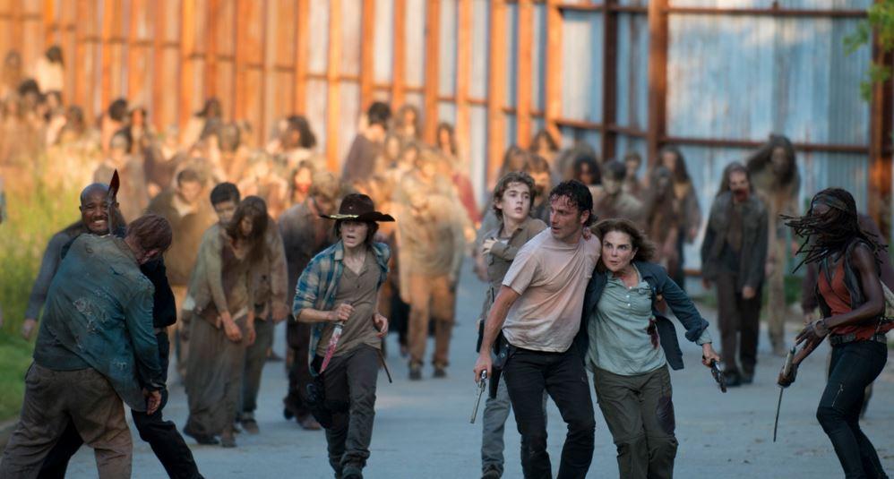 The Walking Dead: i protagonisti in fuga dai walker in L'inizio e la fine