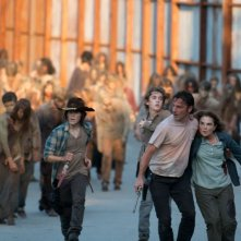 The Walking Dead: i protagonisti in fuga dai walker in L'inizio e la fine
