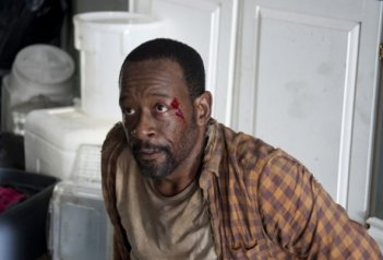 The Walking Dead: Lennie James in una foto della puntata L'inizio e la fine