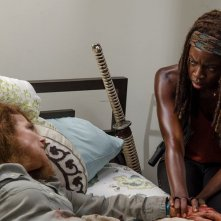 The Walking Dead: Tovah Feldshuh e Danai Gurira in una foto dell'episodio L'inizio e la fine