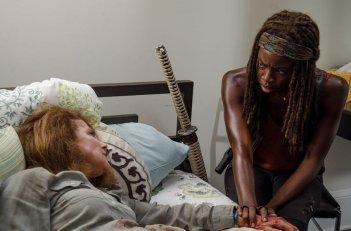 The Walking Dead: Tovah Feldshuh e Danai Gurira in una foto dell'episodio L'inizio e la fine