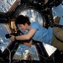 Astrosamantha - La donna dei record nello spazio: Samantha Cristoforetti nello spazio intenta a scattare fotografie dalla sua postazione privilegiata