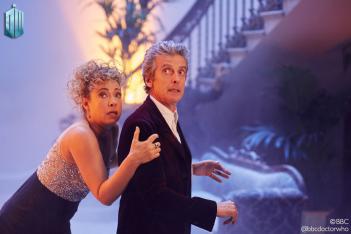 Doctor Who: Peter Capaldi e Alex Kingston in una scena dello speciale di Natale