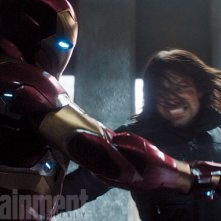 Captain America: Civil War - Robert Downey Jr. e Sebastian Stan lottano in una scena del film