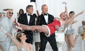 A Very Murray Christmas: Paul Schaffer, George Clooney, Bill Murray e Miley Cyrus in una foto dello speciale