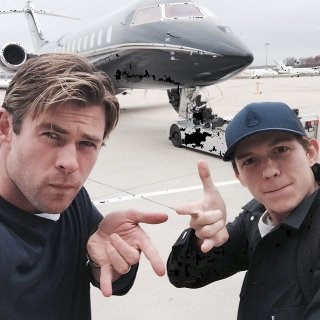 Chris Hemsworth e Tom Holland in posa da Spider-Man