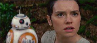 Star Wars: Il risveglio della forza, Daisy Ridley e BB-8 in una scena del film