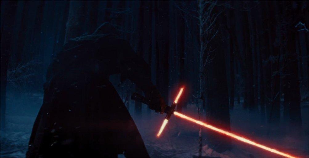 Star Wars: Il risveglio della forza, il temibile e malvagio Kylo Ren in un'immagine tratta dal film