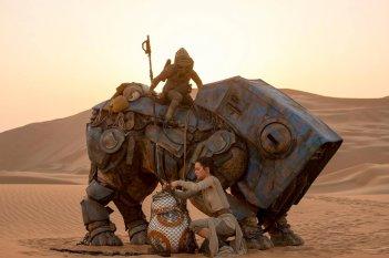 Star Wars: Il risveglio della forza, Daisy Ridley e John Boyega intanta a liberare BB-8 in una scena del film