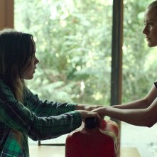 Into the Forest: Ellen Page ed Evan Rachel Wood in una scena del film
