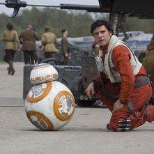 Star Wars: Il Risveglio della Forza - BB-8 e Oscar Isaac in una foto del film