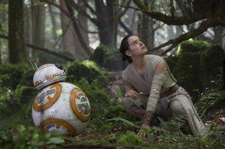 Star Wars: Il Risveglio della Forza - BB-8 e Rey (Daisy Ridley) in una foto del film