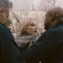Joy: una preoccupata Jennifer Lawrence presa da due uomini