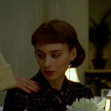 Carol: Rooney Mara toccata sulla spalla dalla mano di Cate Blanchett