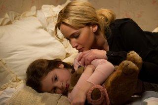 Joy: Jennifer Lawrence in una scena del film, in compagnia con una giovane attrice