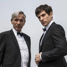 Anacleto: Agente secreto - Imanol Arias e Quim Gutiérrez in tenuta da agenti segreti
