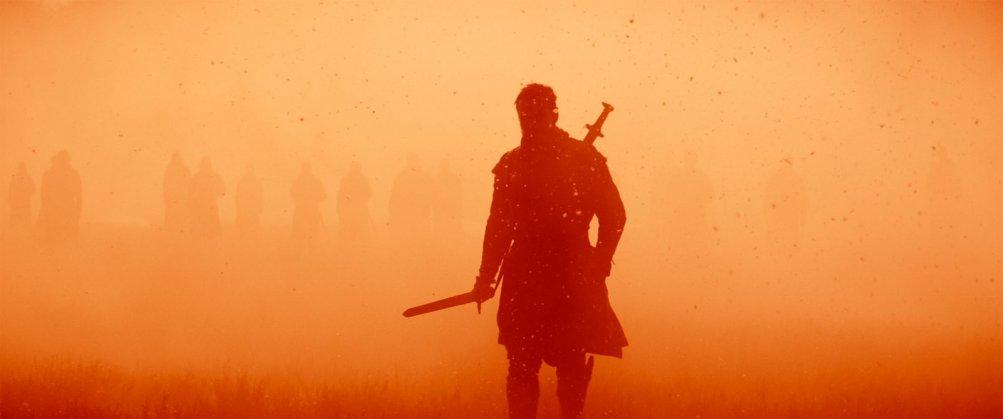 Macbeth: una suggestiva immagine con la figura di Michael Fassbender in silhouette