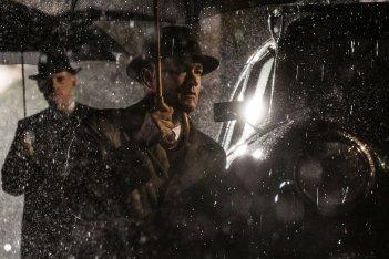 Il ponte delle spie: Tom Hanks sotto la pioggia in un'affascinante immagine notturna