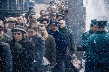 Il ponte delle spie: Tom Hanks al centro dell'inquadratura in un'immagine del nuovo film di Spielberg