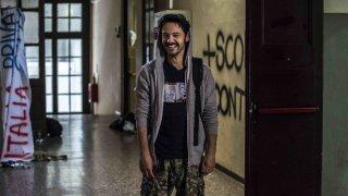 The Pills - Sempre meglio che lavorare: Luigi Di Capua sorridente in una foto dal set