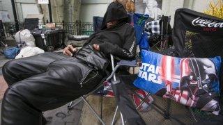 Star Wars: il risveglio della forza - un fan sonnecchia in attesa della premiere
