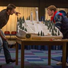 Eddie the Eagle: Hugh Jackman illustra a Taron Egerton la pista su un plastico
