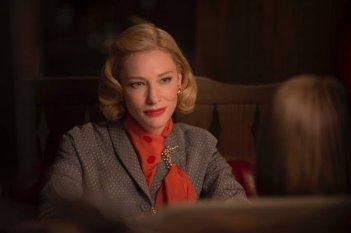 Carol: Cate Blanchett guarda Rooney Mara (di spalle) in una scena del film