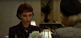 Carol: Rooney Mara guarda Cate Blanchett (di spalle) in una scena del film