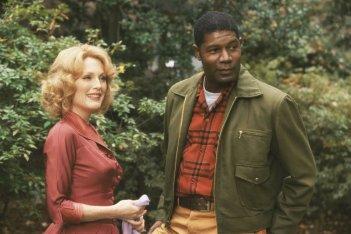 Lontano dal paradiso: Julianne Moore e Dennis Haysbert in una scena del film