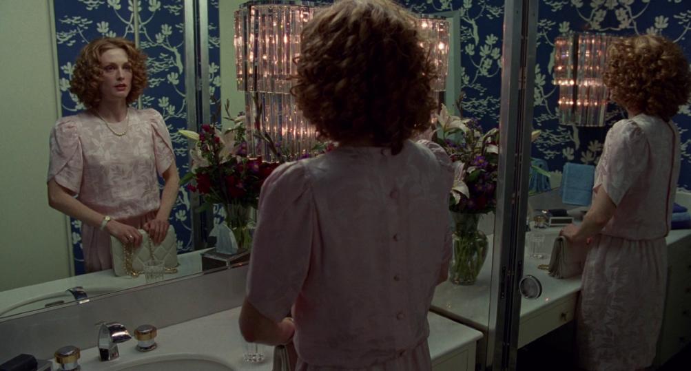 Safe: un''immagine che ritrae una scossa Julianne Moore davanti a uno specchio
