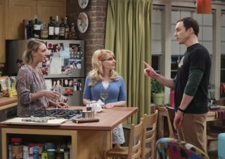 The Big Bang Theory: Kaley Cuoco, Melissa Rauch e Jim Parsons in un'immagine dell'episodio The Opening Night Excitation