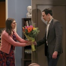 The Big Bang Theory: un momento romantico tra Amy (Mayim Bialik) e Sheldon (Jim Parsons) in The Opening Night Excitation
