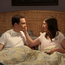 The Big Bang Theory: Jim Parsons e Mayim Bialik in una scena di The Opening Night Excitation