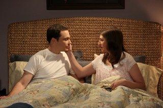 The Big Bang Theory: Jim Parsons e Mayim Bialik in una scena di The Opening Night Excitation
