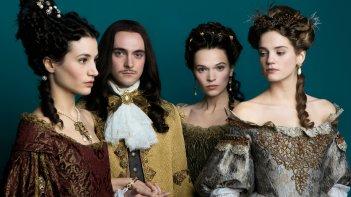 Versailles: il protagonista George Blagden insieme a tre delle interpreti femminili