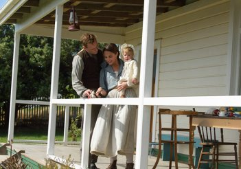 The Light Between Oceans: Michael Fassbender e Alicia Vikander in una scena familiare