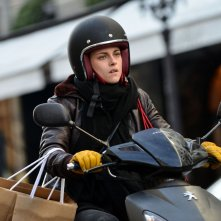 Personal Shopper: Kristen Stewart in scooter sul set