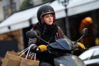 Personal Shopper: Kristen Stewart in scooter sul set