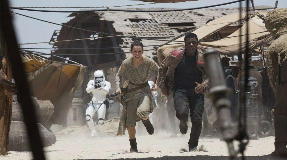 Star Wars: Il risveglio della forza, Daisy Ridley e John Boyega in una concitata azione del film