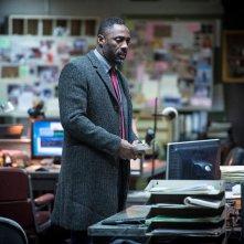 Luther: Idris Elba nell'ufficio della polizia