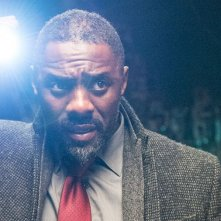Luther: Idris Elba con la torcia in mano