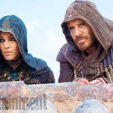 Assassin's Creed: Michael Fassbender e Ariane Labed in una scena del film