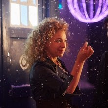 Doctor Who: Alex Kingston insieme a Phillip Rhys in un'immagine tratta dall'episodio The Husbands of River Song
