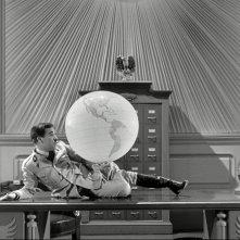 Il grande dittatore: Charlie Chaplin in una celebre immagine del suo capolavoro