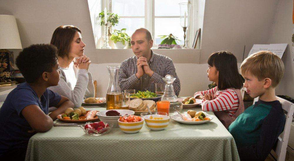 Quo vado?: Checco Zalone ed Eleonora Giovanardi a tavola in una scena del film