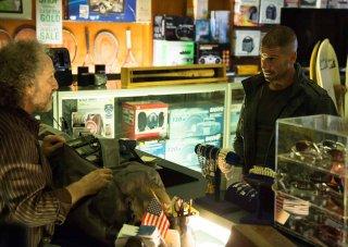 Daredevil: Jon Bernthal in un negozio